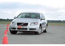 Крены кузова в виражах у Volvo меньше. Однако система стабилизации курсовой устойчивости вступает в действие рано.