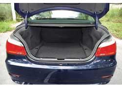 Багажное отделение «пятерки» больше на 80 л. Складные спинки задних сидений нужно заказывать за доплату.
