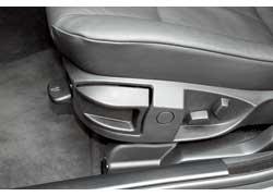 Положение подушки и спинки сидений регулируется электроприводом, а продольная регулировка и наклон всего кресла – вручную. Впрочем, все зависит от комплектации.