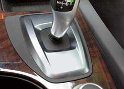 Джойстик «автомата» BMW необычен. Стояночный тормоз активируется нажатием кнопки на вершине рычага.