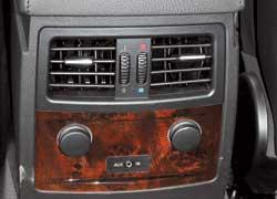 Задние пассажиры BMW могут регулировать не только направление и силу обдува, но и температуру воздуха.