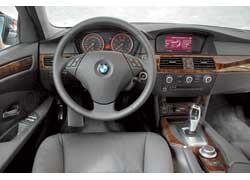 Торпедо современного BMW 5-й серии менее спортивное, но более респектабельное.