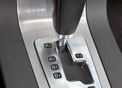 Селектор АКП Volvo традиционен и вполне удобен.