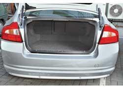 Несмотря на меньший объем багажника, в «восьмидесятке» удобнее возить длинномеры – задние сиденья складываются.