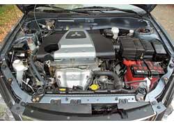 Двигатель «на глазок» кажется как минимум 2,0-литровым. На самом деле его обьем 1,6 л. Мотор отвечает нормам Eвро 3 и при этом обходится 92-м бензином.