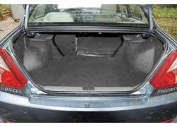 В отличие от прежнего поколения, 420-литровый багажник Lioncel New можно увеличить, сложив спинки. Хотя проем в салон ограничен силовым каркасом кузова.