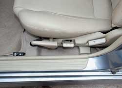Пользоваться рычагом и ручками регулировок сиденья водителя можно даже при закрытой двери – места для руки хватает.