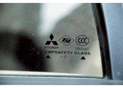 Очень многие комплектующие, начиная от проверенного временем мотора до стекол (на фото), роднят Soueast с Mitsubishi.