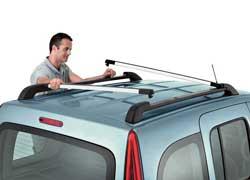 Специальные поперечины на крыше могут «нести» насебе до 80 кг багажа. Вкачестве опции предлагается состоящая из двух частей (спереди – сдвижная, сзади – стационарная) прозрачная крыша.