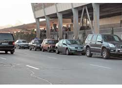 Нарушителей было так много, что иногда на островке безопасности, где стояли гаишники, не хватало места, и для них организовывали целую «парковку» на встречной вдоль ограды линии метрополитена.