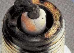 Трещины в конусе изолятора, оплавленные электроды – детонация, раннее зажигание.