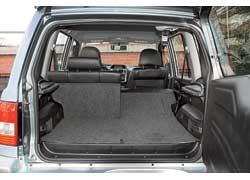 Под полом – емкости для мелочей, спинки откидываются, увеличивая объем багажника.