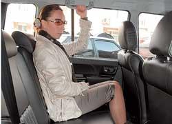 Колени в передние кресла не упираются, но втроем сзади тесно. Наклон спинки заднего дивана регулируется.