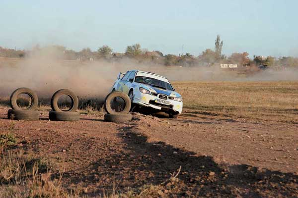 Юрий Протасов за четыре километра до финиша последнего допа. Через два километра у Subaru сломается шаровая опора, что лишит его победы в гонке.