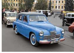 В День автомобилиста и дорожника, 28 октября, прошел автопарад ретро-автомобилей «Золотое кольцо Киева», собравший почти полсотни старинных машин.