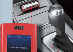 На центральной консоли предусмотрено место для специального сьемного мобильного устройства Audi mobile device, которое сочетает в себе функции авторизационного механизма доступа в машину, сотового телефона, навигационной системы, аудиовидеоплеера и управления всевозможными системами внутри концепта.