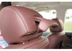 Из подголовника водительского кресла откидываются «плечики» – причем широкие, чтобы пиджак не обвисал.