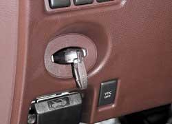 Традиционно для Infiniti слот для ключа-транспондера (хотя его достаточно иметь при себе) расположен слева от руля.