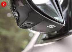 Изображение с передней камеры также выводится на экран (левая часть монитора). Теперь передним ходом можно парковаться еще увереннее. Система рисует габаритные линии и траекторию движения машины, которая корректируется поворотом руля.