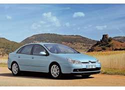 Первое поколение С5 дебютировало в 2000-м на автошоу в Париже, а спустя четыре года подверглось рестайлингу.