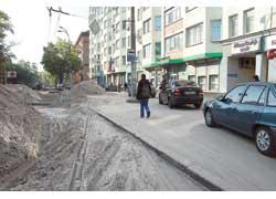 На Белорусской водители объезжают место ремонта по тротуару.