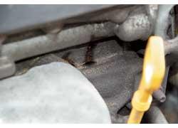 Следы подтекания вместах стыков деталей лучше не вытирать сразу, а показать специалистам на СТО.