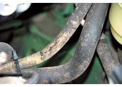 На скорую разгерметизацию шлангов итрубопроводов укажут трещины ипотертости резины.