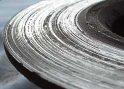На левом диске явные следы от металлического основания колодки.