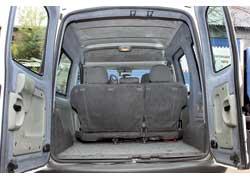 Размер багажника – один из наибольших среди конкурентов (650 л против 625 л у Citroёn Berlingo/ Peugeot Partner и 510 л у Opel Combo). Он только меньше, чем у Fiat Doblo, – 750 л.