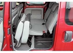 В дешевых версиях спинка задних сидений цельная, в дорогих – разделена в пропорции 1:2, а вот подушка у всех – цельная. При необходимости сиденья можно убрать из салона.
