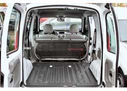 Из-за малой длины Kangoo максимальный объем его багажника уступает конкурентам – 2600 л против 2800 л у Citroёn Berlingo/ Peugeot Partner, 3000 л у Fiat Doblo и 3050 л у Opel Combo. У длинной версии Kangoo Maxi – 3500 л.