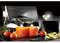 Новый год и Рождество Христово в стиле марки. Итальянская компания специально к праздникам выпустила елочные украшения, оформленные в стиле Lamborghini.
