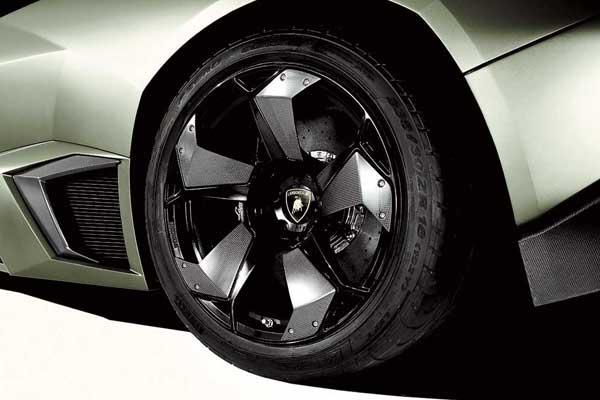 Колесные диски благодаря турбинообразному строению дополнительно охлаждают керамические (опция) тормоза.