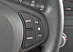 Даже у недорогих версий cee`d кнопки управления аудиосистемой продублированы на руле.