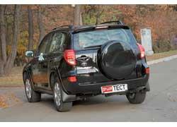 Взглянув на короткие окошки за дверями, понимаешь, что перед тобой европейская версия машины.