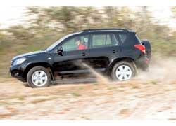 Грунтовая дорога легко покоряется Toyota RAV4. Упругая сбитая подвеска хорошо справляется с плавными неровностями, не вызывая дискомфорта.
