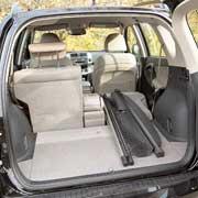 Задние сиденья RAV4 разделены 60:40. Их можно складывать отдельно или передвигать вперед/назад на 165 мм.