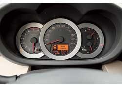Тахометр, как на спорт-карах, – при выключенном двигателе стрелка смотрит четко вниз. А вот места для индикации номера включенной передачи не нашлось.
