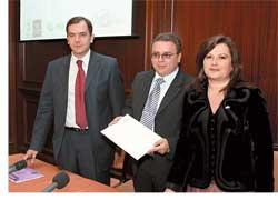 Генеральный директор «Киа Моторс Украина» Бориса Ткаленко (нафото в центре)