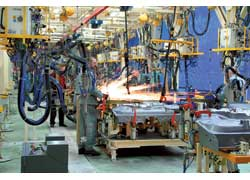 На сварке кузовов задействовано 30 роботов, хотя большинство сварочных операций выполняется вручную.
