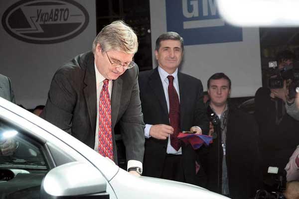 Автограф на первом польском Chevrolet Aveo поставили вице-президент General Motors Ник Райли (слева) вместе с почетным президентом «УкрАвто» Тариэлом Васадзе.