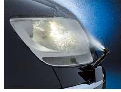Работая над проблемой улучшения видимости в темное время суток, компания Siemens VDO разработала систему очистки фар и лобовых стекол жидкостью под высоким давлением– 3,5бар. А чтобы исключить проблемы с замерзанием жидкости в омывателе и обледенением форсунок омывателей, систему вооружили подогревом не только бачка омывателя, но и трубопроводов и форсунок. Специальная конструкция насоса обеспечивает постоянное давление жидкости при ее подаче на стекла.