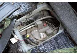 Доступ к бензонасосу – через люк под задним сиденьем.