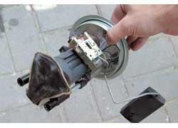 Из снятого насоса в первую очередь нужно слить бензин.