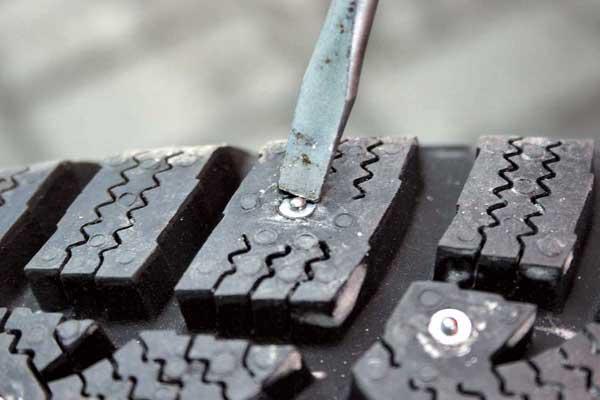 После установки шипов на шиномонтаже их следует подровнять и дать шине отлежаться в тепле несколько суток.