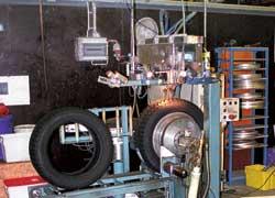 Шипы со специальной формой сердечника и корпуса могут правильно установить только в заводских условиях, где есть специальные роботизированные станки. На шиномонтажах такого оборудования нет.