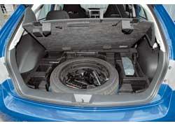 ...и все потому, что под полом скрывается массивное запасное колесо размерностью 205/50 R17...