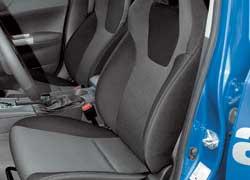 Спортивные сиденья в салоне Impreza 2.0R Sport такие же, как и на более мощной турбированной версии WRX.