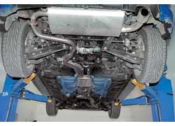 ...а под днищем Impreza расположены элементы полного привода и «бочка» выхлопной системы.