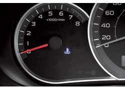 Указатель температуры охлаждающей жидкости убрали – пока мотор не прогрет, светится синяя пиктограмма.
